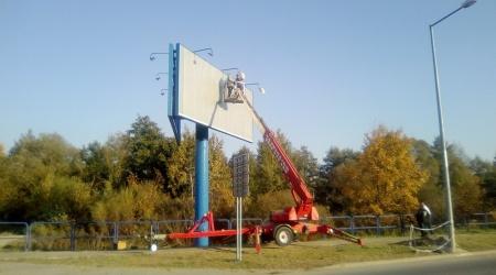 Pracovná plošina pri stavbe billboardu