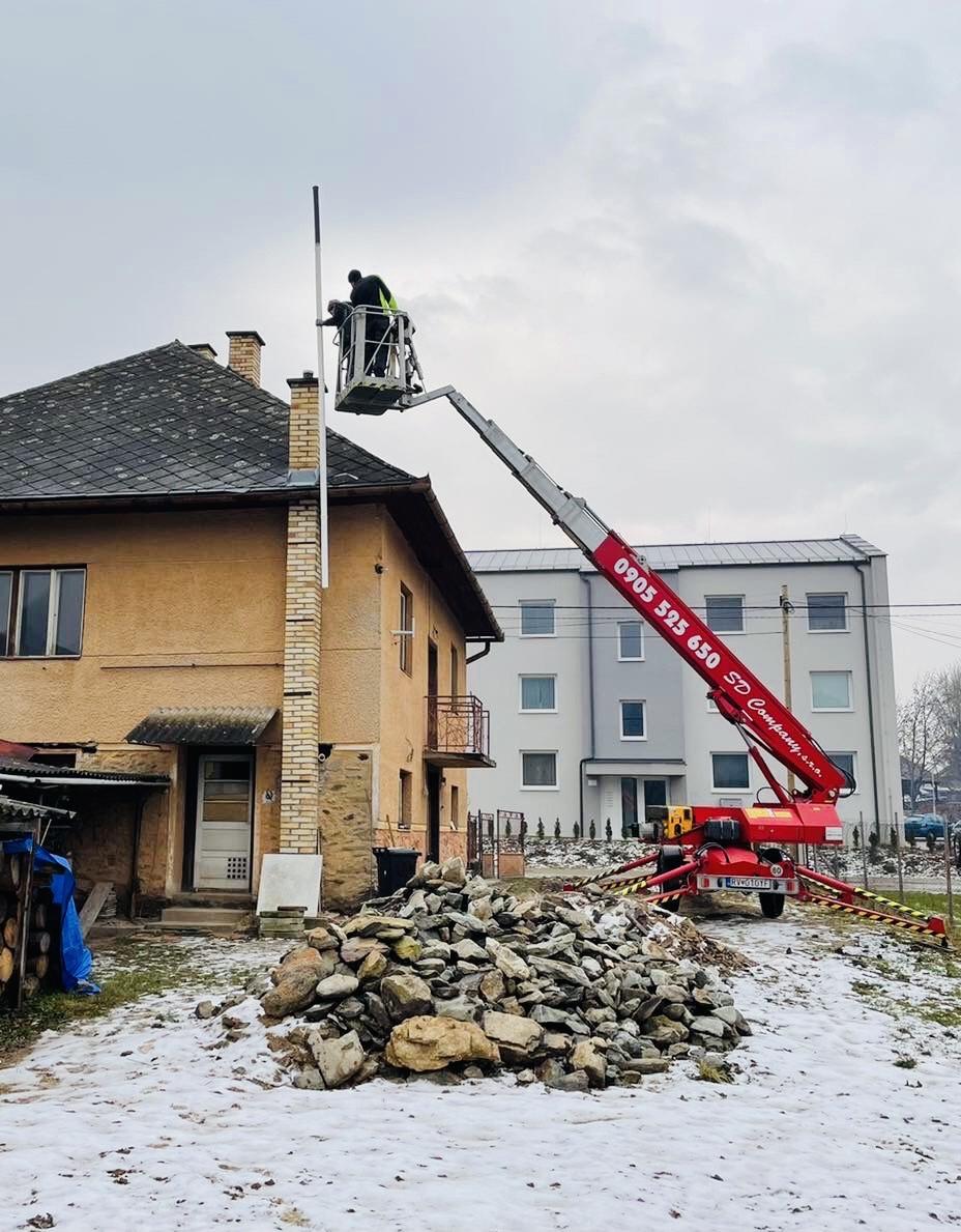 Vložkovanie komína z pracovnej plošiny - práca vo výškach
